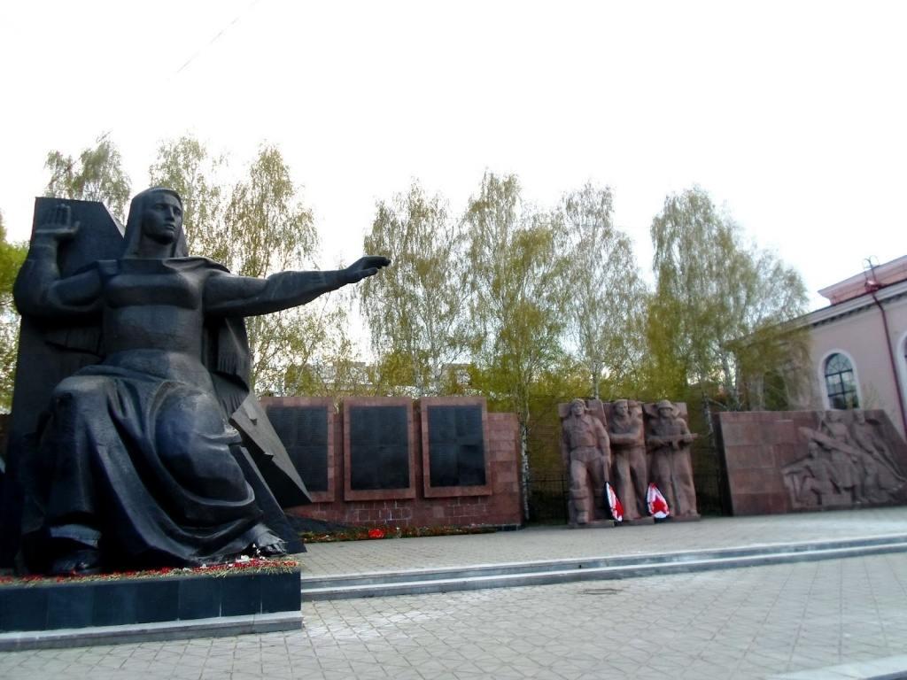 Мемориал рабочим Верх-Исетского завода, погибшим на фронте, и тем, кто ковал победу в тылу.jpg